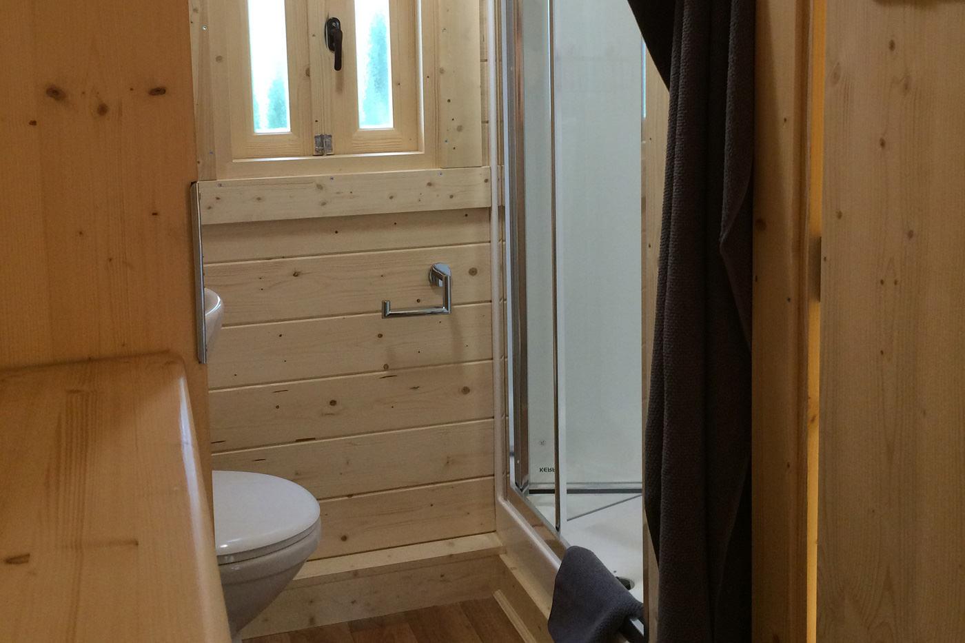 Trollhaus Rot Dusche und WC
